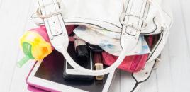 O mamă înghesuie în geantă o lume întreagă