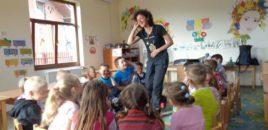 Raluca Ciulei parcurge la pas 1200 de km pentru educație